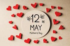 Сообщение дня матерей 12-ое мая с небольшими сердцами стоковые изображения