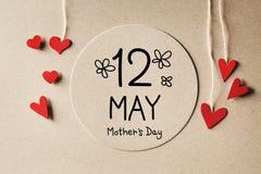 Сообщение дня матерей 12-ое мая с небольшими сердцами стоковое фото