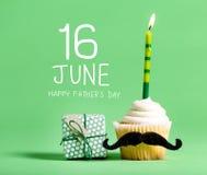 Сообщение Дня отца с пирожным стоковые изображения