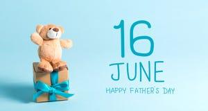 Сообщение Дня отца с плюшевым мишкой стоковые изображения
