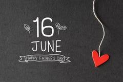 Сообщение дня отцов 16-ое июня счастливое с бумажными сердцами стоковое изображение