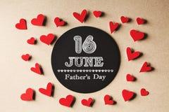 Сообщение дня отцов 16-ое июня с небольшими сердцами стоковое изображение rf
