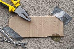 Сообщение картона связанное тесьмой на бетоне Стоковое Изображение