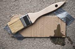 Сообщение картона связанное тесьмой на бетоне Стоковые Фотографии RF