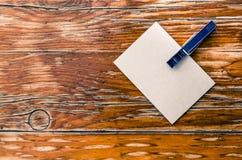 Сообщение на белой бумаге Деревянная предпосылка Свободное поле для того чтобы добавить текст Стоковые Фотографии RF