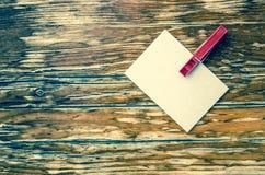Сообщение на белой бумаге Деревянная предпосылка Стоковое Изображение RF