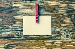 Сообщение на белой бумаге Деревянная предпосылка Стоковая Фотография