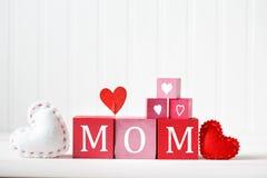 Сообщение дня матерей с деревянными блоками стоковые фотографии rf