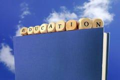 Сообщение образования написанное с деревянными блоками на верхней части шиканья Стоковое фото RF