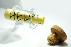 сообщение помощи бутылки стоковые фотографии rf