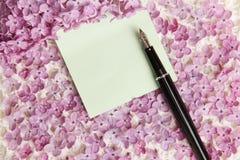 Сообщение стикера на цветках сирени Стоковые Фотографии RF