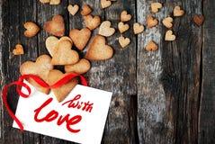 Сообщение с влюбленностью и печенья в форме сердца Стоковые Изображения RF