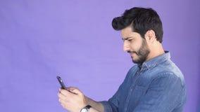 Сообщение текстов человека на телефоне акции видеоматериалы
