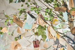 Сообщения любов на дереве стоковые фото