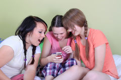 сообщения читая текст подростка Стоковые Фото