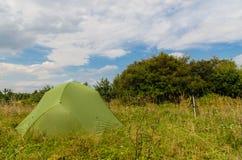 Сооруженный шатер в луге на солнечный день Стоковое Изображение RF
