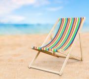 Соответствует деревянным chais шезлонга на пляже Стоковые Фотографии RF