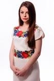 Соотечественник украинской девушки нося вышил рубашке изолированной на белизне Стоковое Изображение RF