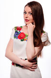Соотечественник украинской девушки нося вышил рубашке изолированной на белизне Стоковые Фото