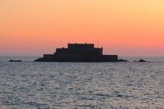 Соотечественник форта во время полной воды на заходе солнца, Святом-Malo, Бретани, Франции Стоковая Фотография
