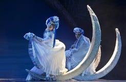 соотечественник mosuo танцоров танцульки китайца фольклорный выполняет стоковые фото