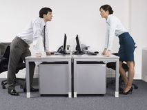 Соперничающие коллеги дела в офисе Стоковые Фотографии RF