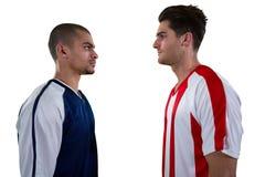 Соперничающий футболист 2 смотря один другого стоковые изображения