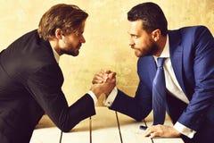 Соперничество дела в офисе Армрестлинг между 2 businessmans Стоковое Изображение RF