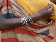 Соплеменные женщины соединяют рукоятки Стоковые Изображения