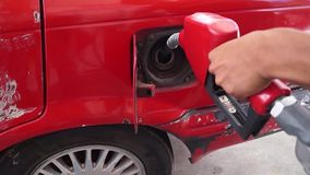 Сопло нефти refilling вверх по танку бензина автомобиля акции видеоматериалы
