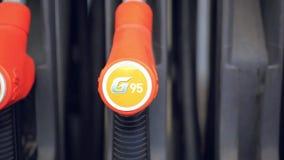 Сопло бензиновой колонки на бензоколонке видеоматериал