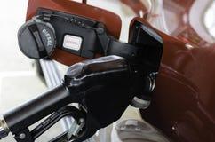 Сопло дизельного топлива заполняет внутри топливный бак автомобиля стоковое изображение rf