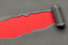 Сорванная серая бумага с красным космосом для сообщения стоковая фотография rf