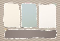 Сорванное красочное примечание, листы тетради бумажные вставило с липкой лентой на приданной квадратную форму коричневой предпосы иллюстрация штока