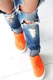 сорванные джинсыы девушки стоковое фото