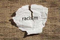 Сорванный расизм написанный бумагой над деревянной таблицей Концепция старой и ab Стоковые Изображения RF