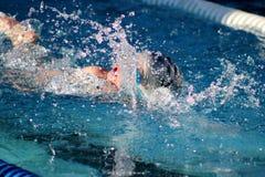 Соревнования по плаванию брызгают стоковая фотография