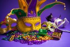 Сортированная маска марди Гра или Carnivale на фиолетовой предпосылке Стоковое фото RF
