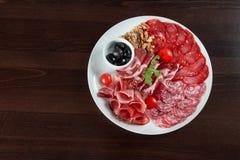 Сортированная плита гастронома холодного мяса на ресторане Стоковое фото RF