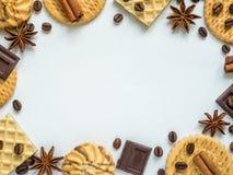 Сортированная рамка кофе циннамона вафли печенья на белизне Стоковые Фото