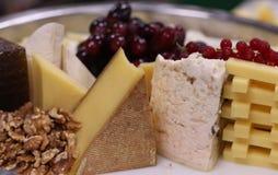 Сортированное блюдо сыров в таблице стоковое фото rf