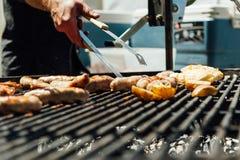 Сортированное мясо и овощи жаря над огнем Стоковое Изображение RF