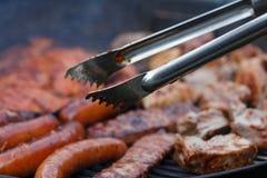 Сортированное мясо от цыпленка и свинины и сосиски на барбекю жарят Стоковое фото RF