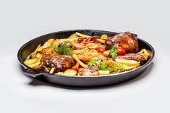 Сортированное мясо с кусками картошки и braised капустой В сковороде стоковая фотография rf