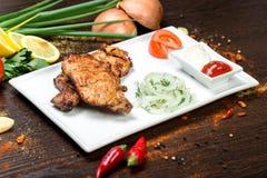 Сортированное очень вкусное зажаренное мясо с овощем над углями на барбекю Стоковые Фото
