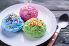 Сортированные ветроуловители мороженого на плите стоковое фото rf