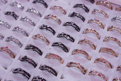 Сортированные вскользь кольца для женщин Продвижение и продажи на кольце Стоковые Фотографии RF
