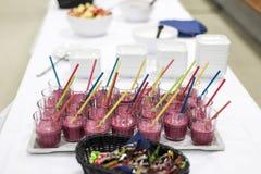 Сортированные встряхивания плодоовощ на концепции Smoothie белой таблицы здоровой Стоковое фото RF