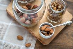 Сортированные гайки: грецкие орехи, миндалины, фундуки и мед Стоковое Изображение RF