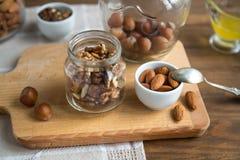 Сортированные гайки: грецкие орехи, миндалины, фундуки и мед Стоковые Изображения